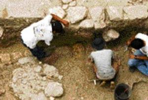 Un equipo de arqueólogos dirigidos por el japonés Takeshi Inomata mientras excavan en una pirámide el sitio Ceibal. (Foto Prensa Libre: Archivo)