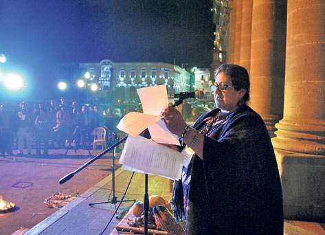 La poeta mexicana Chary Gumeta resaltó la importancia de la participación del pueblo en los cambios sociales. (Foto Prensa Libre: Alejandra Martínez)
