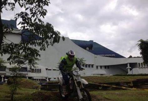 Motoristas recorrieron el Teatro Miguel Ángel Asturias. (Foto Prensa Libre: Guatevisión)