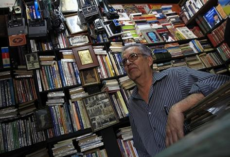 En la librería el Búho, Eduardo Gálvez cuenta con ejemplares antiguos además de varias colecciones de revistas clásicas. (Foto Prensa Libre: Álvaro Interiano)