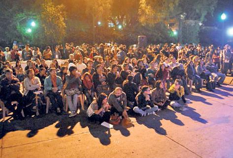 Poetas y público se reunieron para escuchar la lectura de poesía, en la zona 1 de Xelajú. (Foto Prensa Libre: Alejandra Martínez)