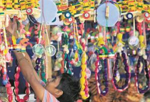 Piezas de artesanía, cuyos materiales naturales suenan a risas infantiles.