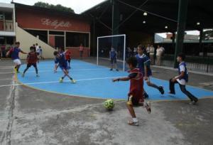 Los niños cantores cambiaron por un momento el uniforme coral por el traje deportivo. Foto Prensa Libre: Miguel A. López