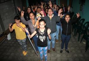El grupo de mujeres se reúne una vez por semana para ensayar el baile y los parlamentos, para el próximo 7 de diciembre. (Foto Prensa Libre: Renato Melgar).