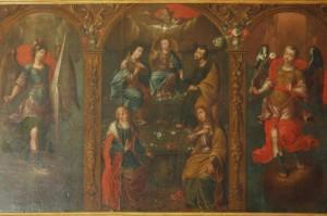 Cuadro del Niño de Belén en medio de la Virgen, San José, San Joaquín y Santa Ana. Para afianzar el mensaje de unidad familiar, en los lados figuran San Miguel y San Gabriel.