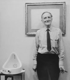 Marcel Duchamp con su obra mediática Un urinario